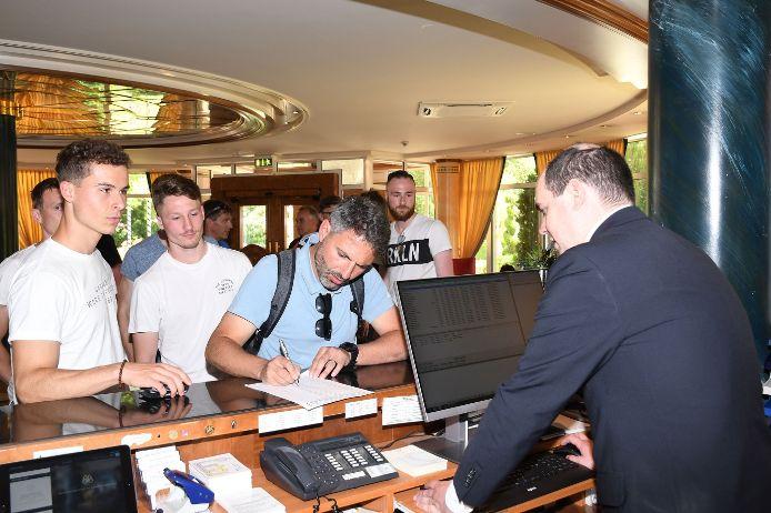 Check-In: Die deutsche Mannschaft kommt im Teamhotel The Monarch in Bad Gögging an