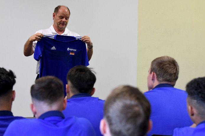 BFV-Schatzmeister Jürgen Faltenbacher überrascht die Mannschaft mit dem offiziellen deutsch-bayerischen Trikot