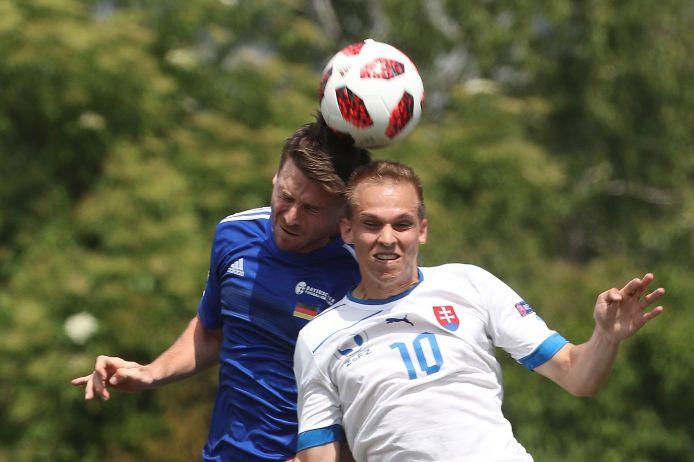 Co-Kapitän Franz Fischer im Kopfballduell in der Partie gegen Serbien