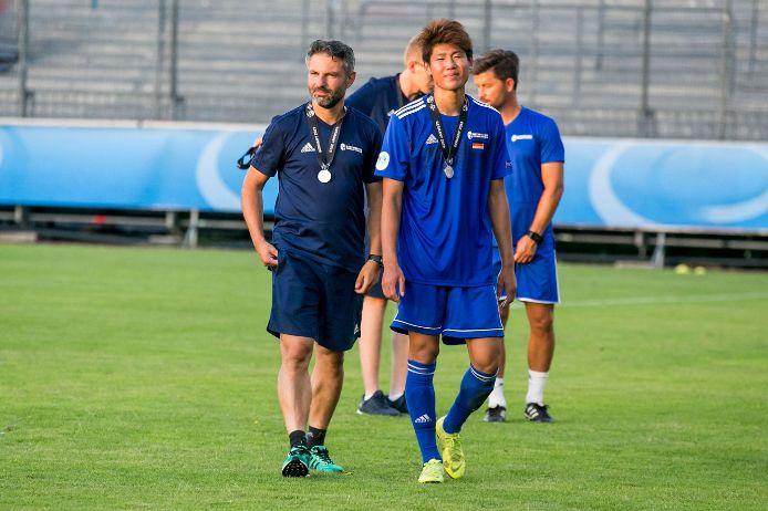 BFV-Coach Engin Yanova spendet nach der Finalniederlage beim UEFA Regions Cup Trost an seine Spieler