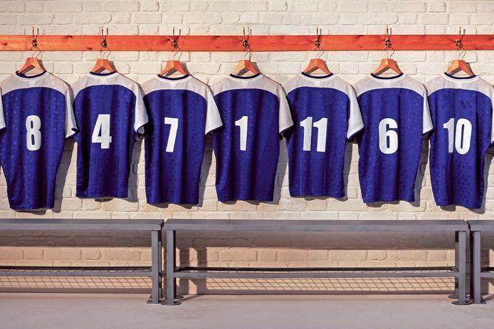 Ein Trikotsatz hängt in einer Umkleidekabine. Es soll den Teamcharakter des Führungsteam der Schiedsrihctergurppe Augsburg singanlisieren