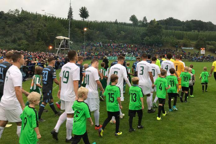 Einlauf der Mannschaften beim Toto-Pokal-Spiel TV Aiglsbach gegen TSV 1860 München