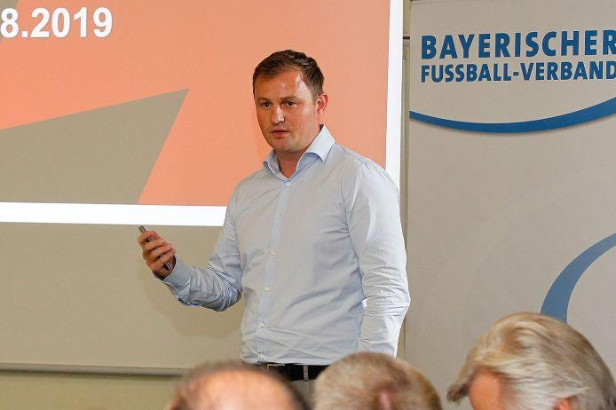 Daniel Wimmer (1. FC Nürnberg) referierte beim NLZ-Kick-Off 2019