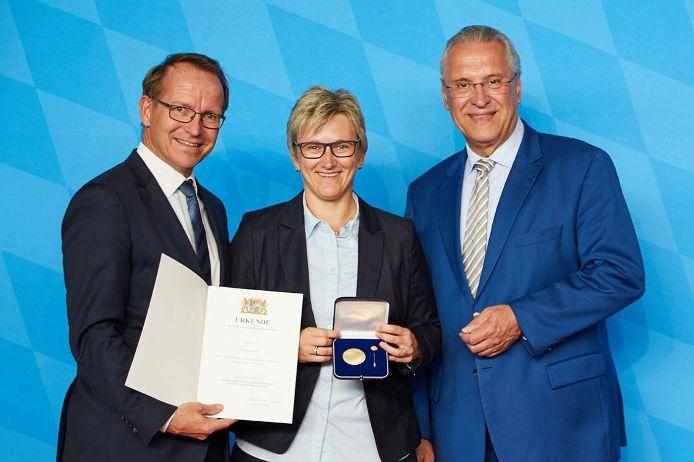 BFV-Vizepräsidentin Silke Raml bekam 2018 für ihre Verdienste im Fußball die Ehrenmedaille des Sports von Innenminister Herrmann verliehen (r.).