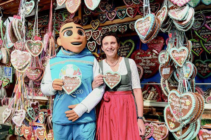 Zu Gast auf der Wiesn: Skillzy, das Maskottchen der EURO 2020 zusammen mit Beatrix Zurek (Leiterin des Referats für Bildung und Sport der Stadt München).