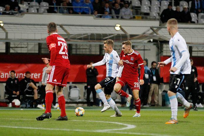 Marius Willsch (TSV 1860 München) gegen Niclas Stierlen (SpVgg Unterhaching)