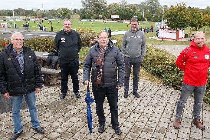 Zu Besuch vor Ort beim TSV 1860 Weißenburg: (von links) Dieter Habermann (BFV-Bezirksvorsitzender), Thomas Strobl (1. Vorstand, TSV 1860 Weißenburg), BFV-Präsident Rainer Koch, Roland Mayer und Jonas Herter (beide Spartenleiter Fußball beim TSV 1860 Weißenburg).
