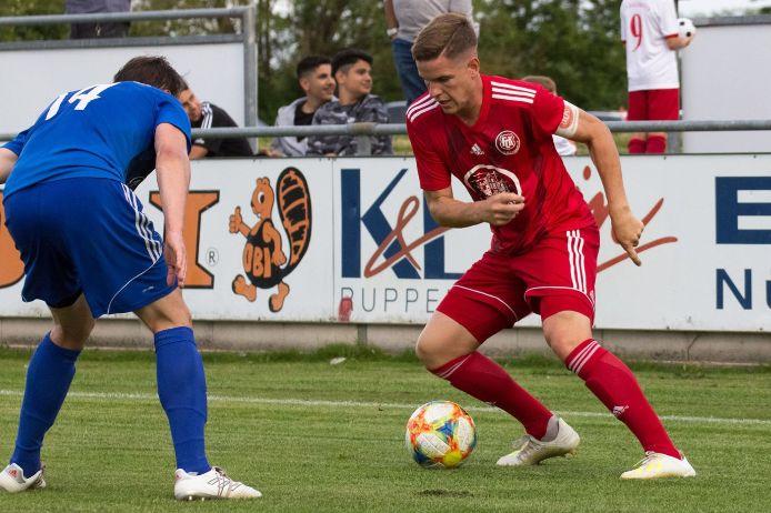 Markus Giering vom 1. FC Kalchreuth geht ins Dribbling.