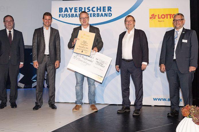 Ausgezeichnet: (von links) Vize-Präsident Josef Müller (LOTTO Bayern), Ehrengast Felix Brych, Ehrenamtspreissieger Christian Bleyer von der DJK-SV Oberpfraundorf, BFV-Präsident Rainer Koch und BFV-Verbands-Ehrenamtsreferent Stefan Merkel.