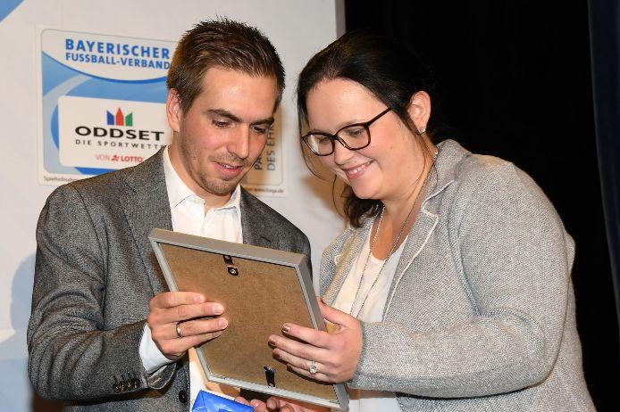 Philipp Lahm übergibt Urkunden beim BFV-Ehrenamtspreis