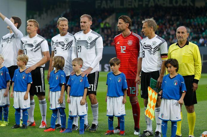 Einlaufkinder SK Lauf und SpVgg Mögeldorf beim All-Star-Duell gegen Italien in Fürth
