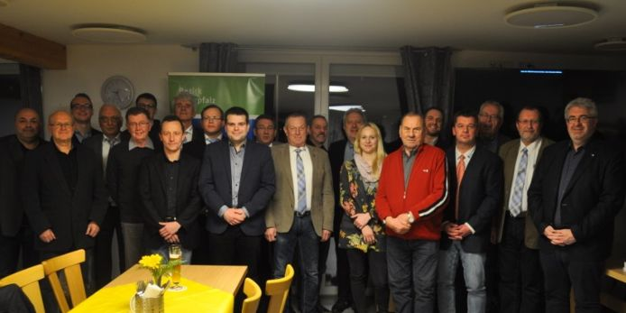 """Diese Fußball-Unparteiischen wurden bei der DFB-Aktion """"Danke Schiri"""" geehrt; rechts BFV-Bezirksvorsitzender Thomas Graml."""