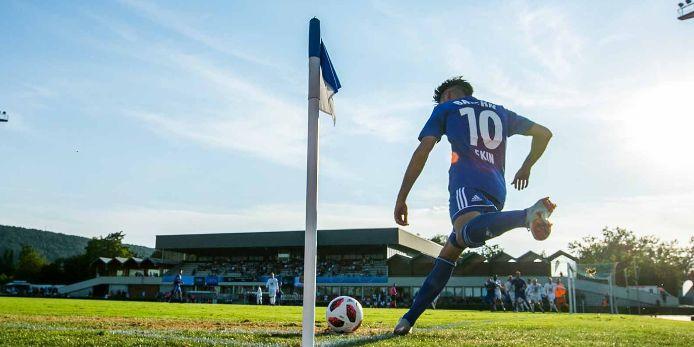 Arif Ekin führt beim UEFA Regions' Cup eine Ecke aus