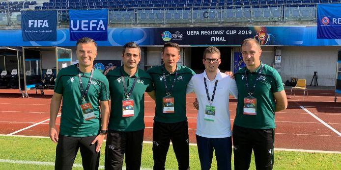 Alexander Pott (2.v.r.) mit dem SR-Gespann des Finalspiels um den UEFA Regions Cup 2019