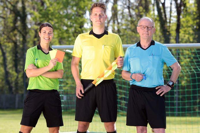 Drei Schiedsrichter posieren für die BFV-Kampagne #WIRREGELNDAS