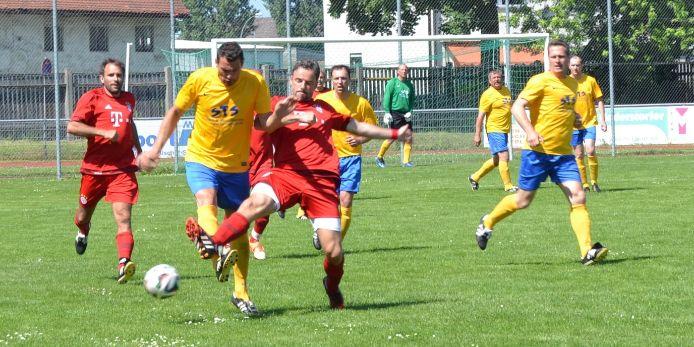 Spielszene bei den Ü-Cups Fußballiade 2015 in Landshut.