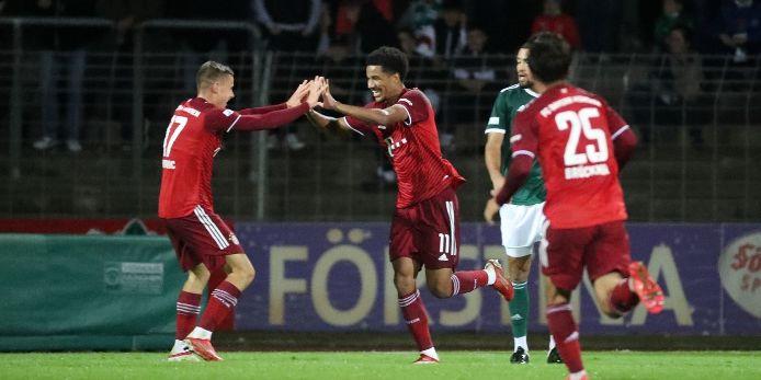 Malik Tillmann (FC Bayern München II) jubelt in Schweinfurt.