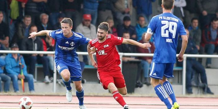 Packende Zweikämpfe lieferten sich der FV Illertissen (blaue Trikots, hier Torschütze Marco Hahn/links) und der FC Memmingen im offiziellen Eröffnungsspiel der Saison 2019/2020 in der Regionalliga Bayern.