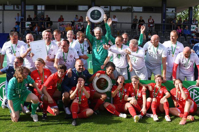 Die siegreichen Teams des FC Bayern München beim DFB-Ü35-Cup der Frauen und Ü50-Cup der Herren
