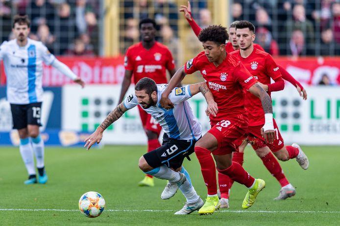 Zweikampf beim Münchner Stadtderby zwischen dem FC Bayern II und dem TSV 1860 München in der 3. Liga in der Saison 2019/20