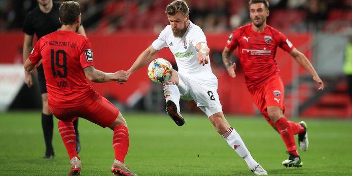 Ein Fußballer der SpVgg Unterhaching nimmt den Ball an