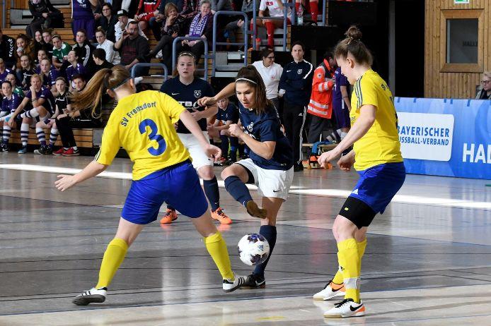 Spielszene bei der Frauen-Hallenmeisterschaft 2019 in der Partie SV Frensdorf gegen SV Frauenbiburg.