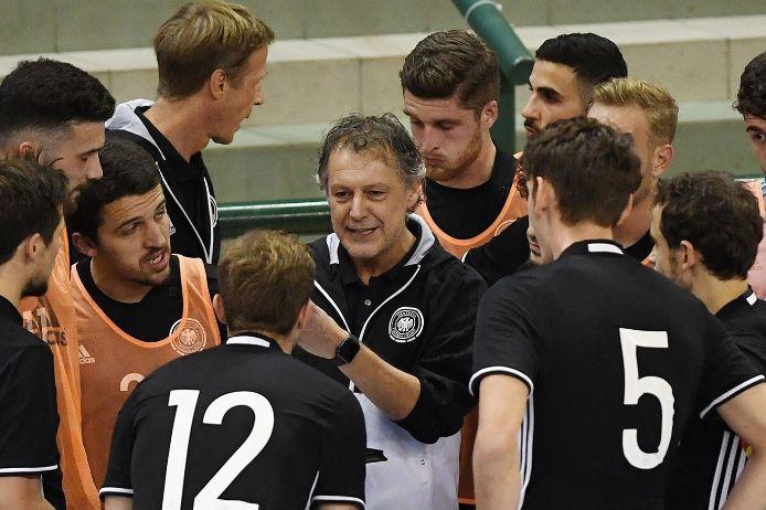 DFB-Futsal-Nationaltrainer Marcel Loosveld Teambesprechung