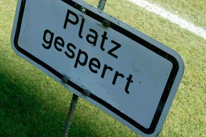 Schild, das auf die Sperre eines Fußballplatzes hinweist