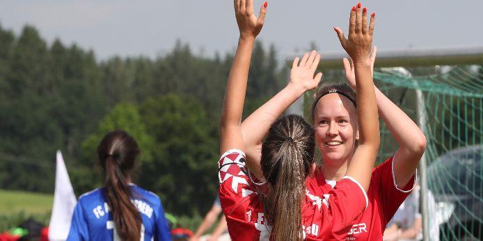 Zwei Mädchen bejubeln einen Treffer bei der Club Championship im Rahmen der Fußballiade 2019.