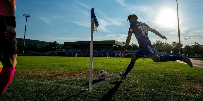 Arif Ekin fürht beim UEFA Regions' Cup einen Eckball  aus.