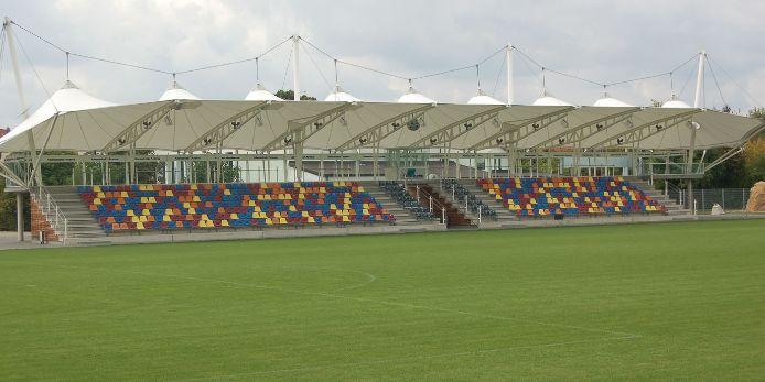 Tribüne im Stadion des TSV Gesthofen.