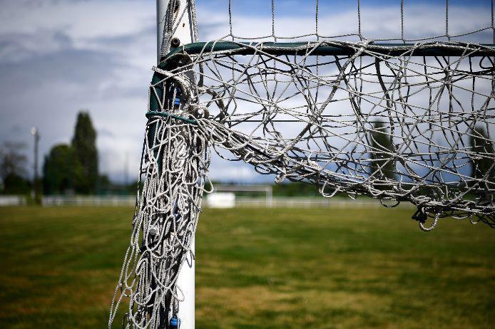 Hochgeklapptes Tornetz auf einem Amateurfußballplatz.