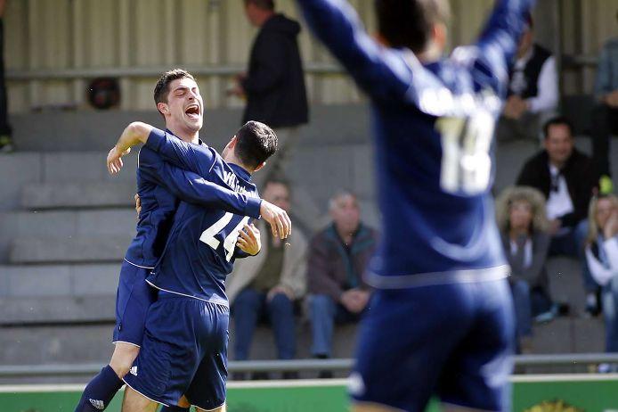 Zwei Spieler jubeln nach einem Treffer.