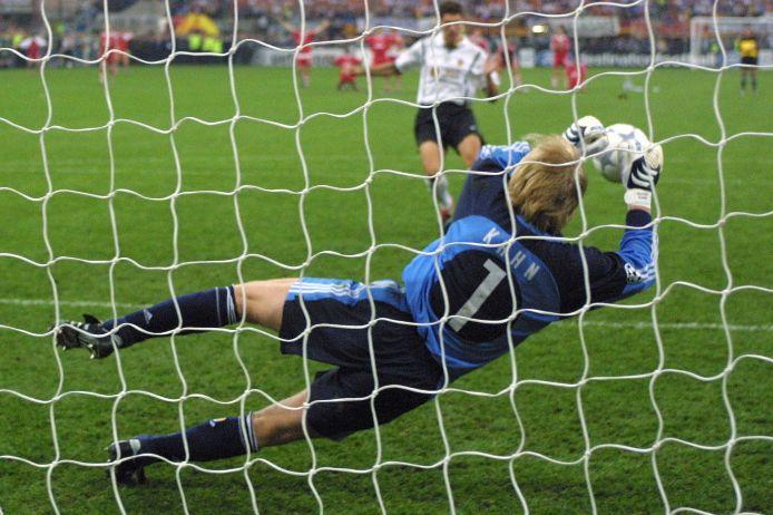 Oliver Kahn hält einen Efmeter im Champions-League-Finale 2001.