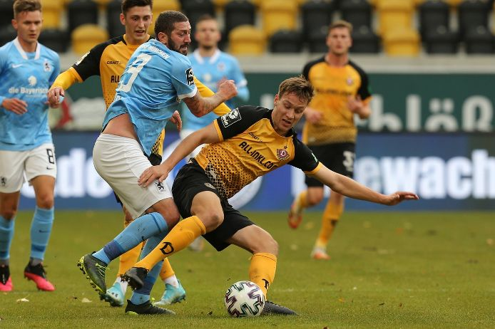 Zweikampf im Spiel TSV 1860 München gegen Dynamo Dresden in der 3. Liga.