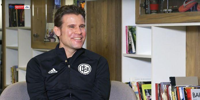 """Felix Brych im Interview bei der Sky-Sendung """"Train & Talk""""."""