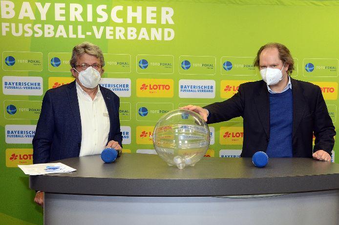 Toto-Pokal-Auslosung: Josef Janker (links) und Xaver Faul von Lotto Bayern.