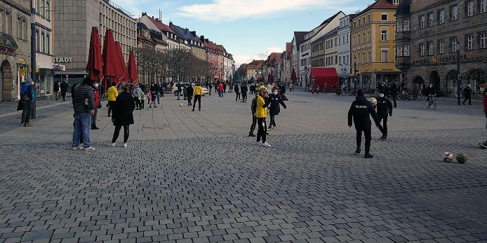Sportbegeisterte Kinder und Jugendliche machen in der Bayreuther Innenstadt auf sich aufmerksam.
