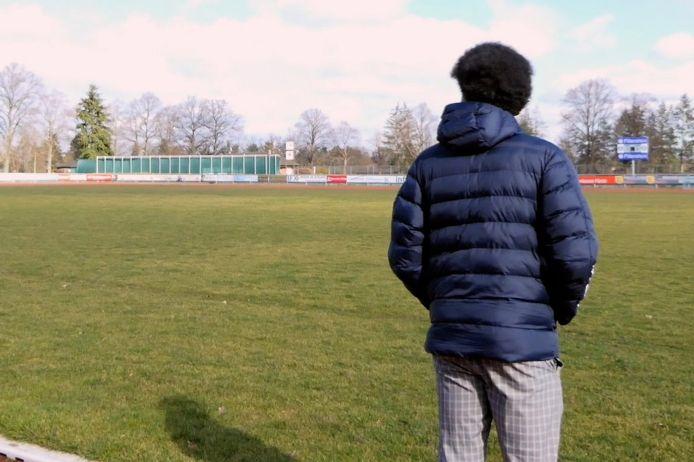 Kenny Abieba schaut auf einen leeren Fußballplatz.