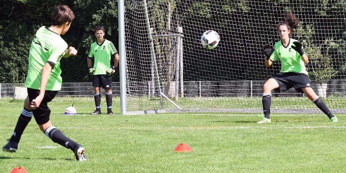 Torschusstraining bei einer Ferien-Fußballschule des BFV.