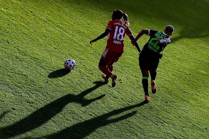 Zweikampf im Spiel der Frauen-Bundesliga zwischen dem FC Bayern München und dem VfL Wolfsburg in der Saison 2020/21.