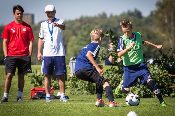 Jugendtrainer beobachten einen Zweikampf