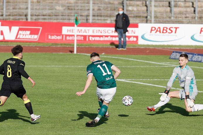 Spielszene im Play-off-Spiel der Regionalliga Bayern zwischen dem 1. FC Schweinfurt 05 und der SpVgg Bayreuth.