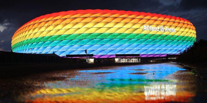 Die Allianz Arena in München erstrahlt in Regenbogen-Farben.