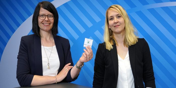 Kerstin Costa und Sandra Hofmann bei der Auslosung des Teilnehmers für den DFB-Pokal der Frauen im Münchner Haus des Fußballs .