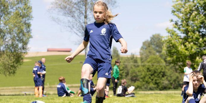 Eine Teilnehmerin einer BFV-Ferien-Fußballschule beim Torabschluss.