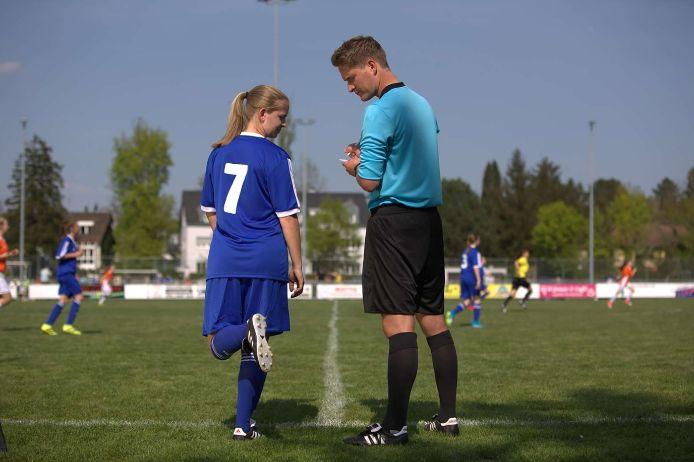 Auswechslung bei einem Juniorinnenspiel in Bayern.