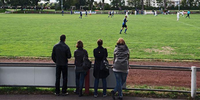 Zuschauer bei einem Amateurfußball-Spiel.