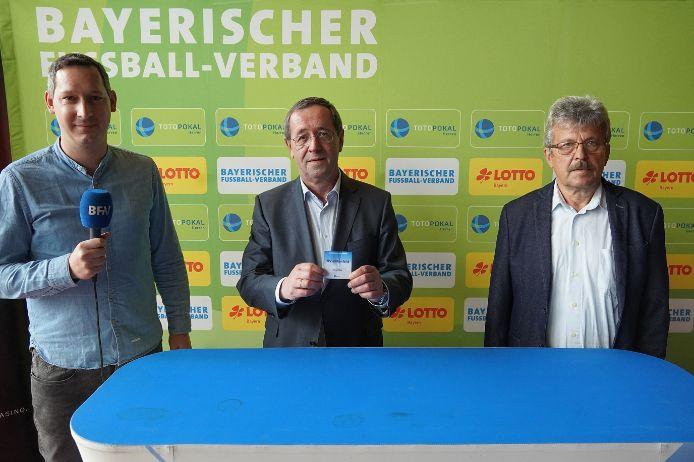Moderator Sebastian Dirschl, LOTTO-Bayern-Vizepräsident Josef Müller und Verbands-Spielleiter Josef Janker (v.l.n.r.) bei der Auslosung der 1. Hauptrunde im Toto-Pokal-Wettbewerb 2021/22.