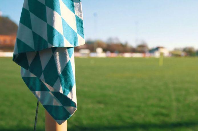 Leerer Fußballplatz mit Eckfahne